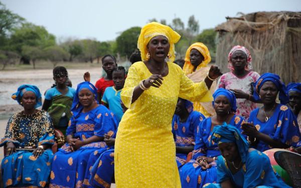 Die Zusammenkünfte der Kalebassen-Gruppe sind ein Höhepunkt, der feierlich begangen wird. Dazu gehören auch Gesang und Tanz. Bild: Ousmane Kobar/ Fastenopfer
