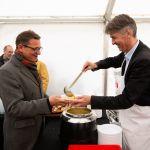 Berns Stadtpräsident Alec von Graffenried schöpft Suppe für Bischof Felix Gmür. Bild: Patrik Kummer / Brot für alle
