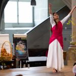 Die indische Tänzerin Anjali Keshava tanzt zum Vater Unser am Jubiläumsgottesdienst von Brot für alle, Fastenopfer und Partner sein in der Berner Heiliggeistkirche. Bild: Patrik Kummer / Brot für alle
