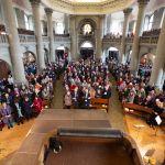 Bild 6: Gut gefüllte Kirchenbänke: Jubiläumsgottesdienst von Brot für alle, Fastenopfer und Partner sein in der Berner Heiliggeistkirche. Bild: Patrik Kummer / Brot für alle